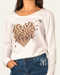 camiseta corazones animal print y brillos